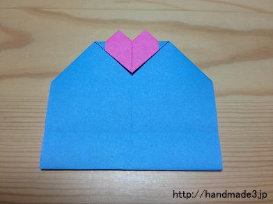 折り紙でハートのカードを折った