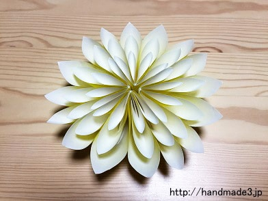 折り紙で立体の菊を折った