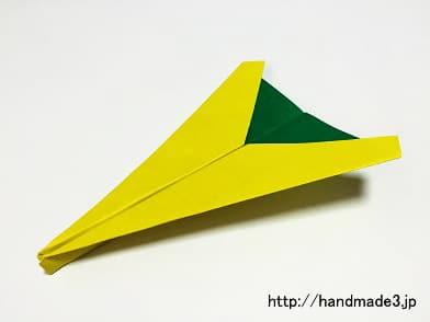 正方形の折り紙で簡単な紙飛行機を作った