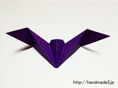 折り紙でハロウィンのコウモリを折った