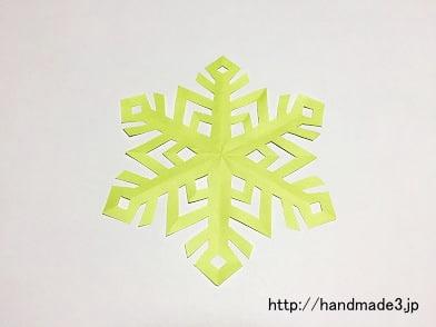 切り紙で雪の結晶を作った